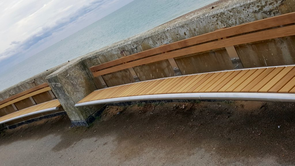 curved bench - benchmark street furniture